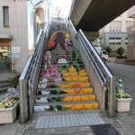 中川西中の美術部が階段に絵