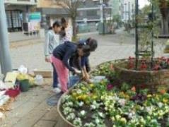 植え終わったお花に、小学校の生徒さんが散水をしてくれました