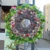 ステージ広場花壇にテーマ名とクリスマスリースがつきました