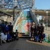 西中美術部階段アート制作完了 中川の天空に伸びるバラ「ローザ・つづきく」