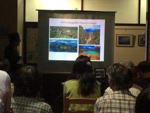 ヒマラヤの麓にある美しい村や建物の説明