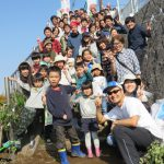 約80名が参加し「早淵川・老馬谷ガーデン」の種まき、花植えイベント開催