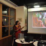 都市大留学生カフェ ネパールの女性留学生が民族舞踊も披露