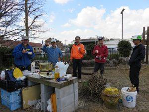 作業後は「中川里山鍋」を食べながら交流会