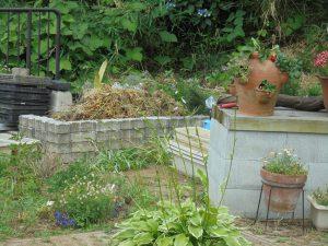 ナーサリーの落ち葉貯めにブロックを積増ししました