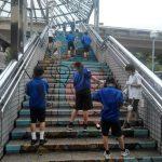 西中美術部の生徒が駅前階段アートの水洗い