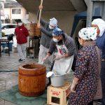 「中川新春餅つき大会」中川駅前は大勢の来場者で盛り上がる